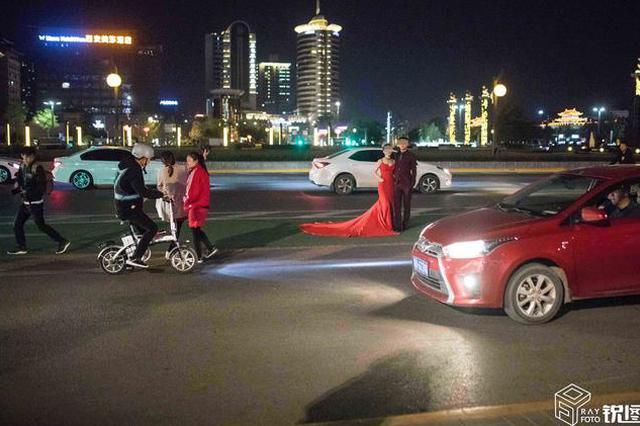 西安新人站路中央拍婚纱照,路人:捏一把汗!