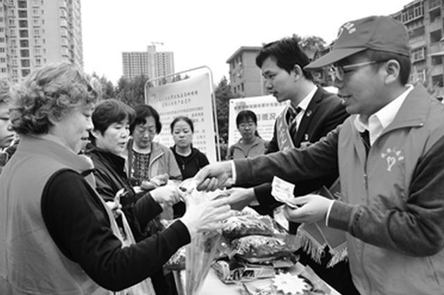 社区居民购买来自贫困村的农副特产 想的是扶贫