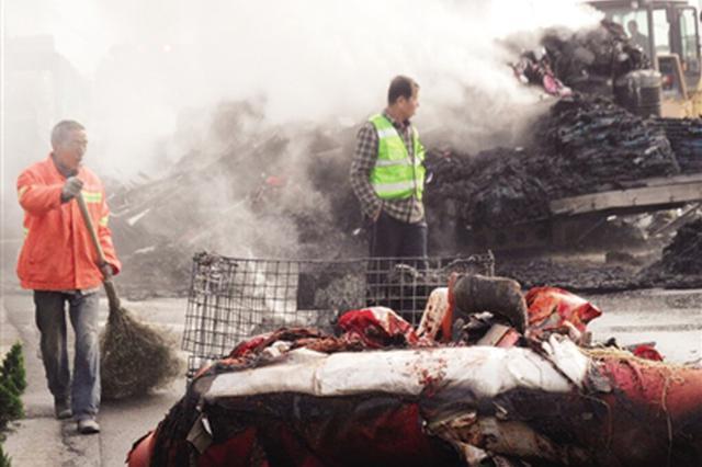 西安绕城一大货车行驶中突发自燃 消防20分钟扑灭