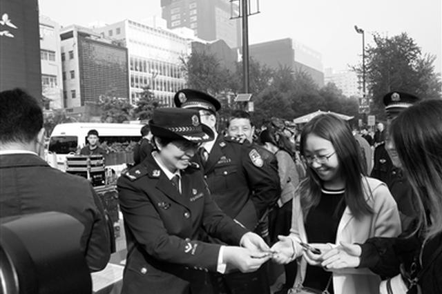 营造良好的平安社会氛围 千名民警街头送平安