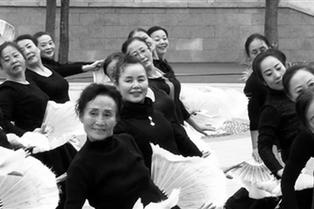 戏曲广场舞亮相渭南街头 细节上展示陕西地方特色
