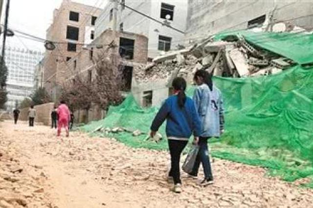 西安一村子拆迁 村中小学孩子上下学穿越废墟