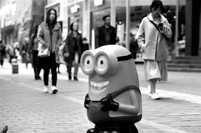 """""""小黄人""""垃圾桶亮相西安街头 吸睛环保利用率高"""