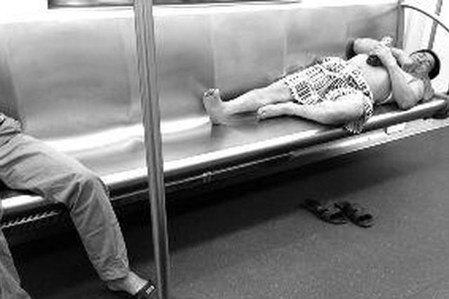 """地鐵一號線現""""平躺哥"""" 乘客應注意言行舉止"""