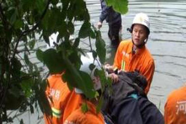八旬老人上山摘柿子失足墜落山溝 民警送醫救治