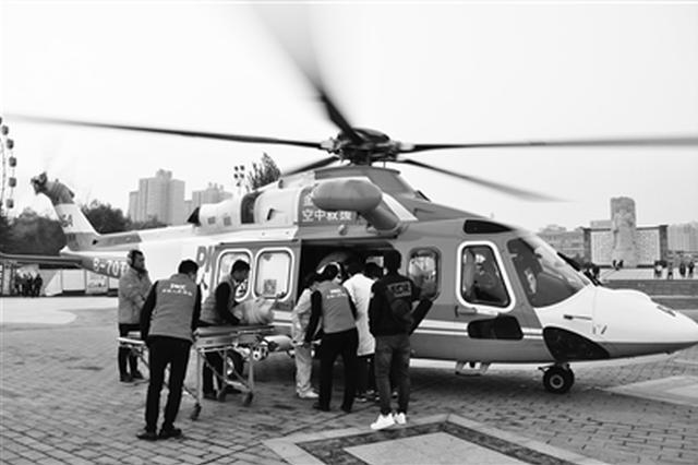 男子甘肃出车祸 直升机空中救援紧急送往咸阳