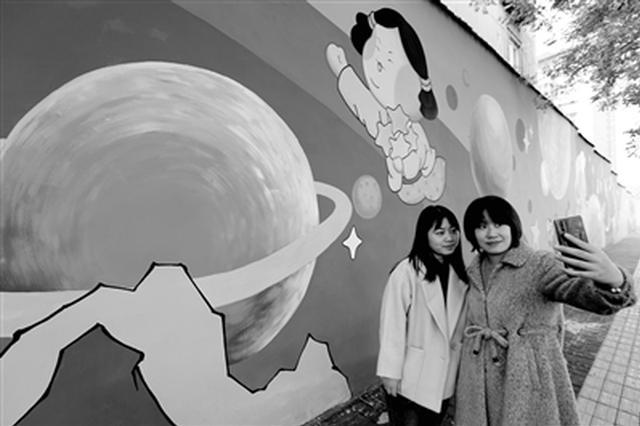 唐仕女彩绘墙成网红街景 市民交口称赞
