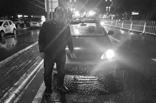 """交警""""雨夜狙击"""" 两小时查获5辆问题出租车"""