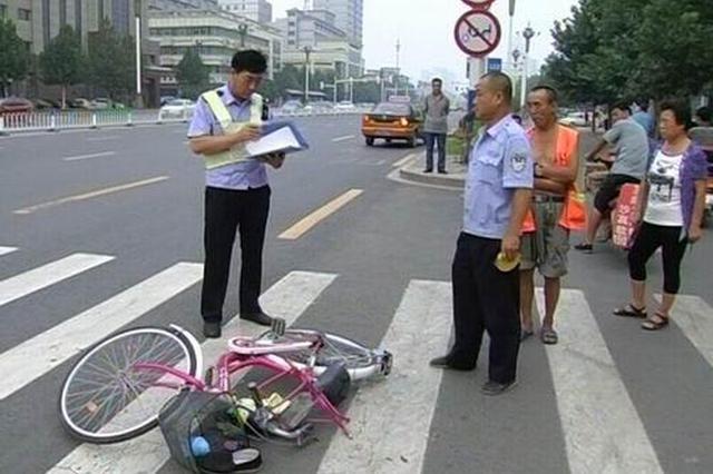 爷孙俩骑电动车被撞倒 的哥追上肇事车提醒