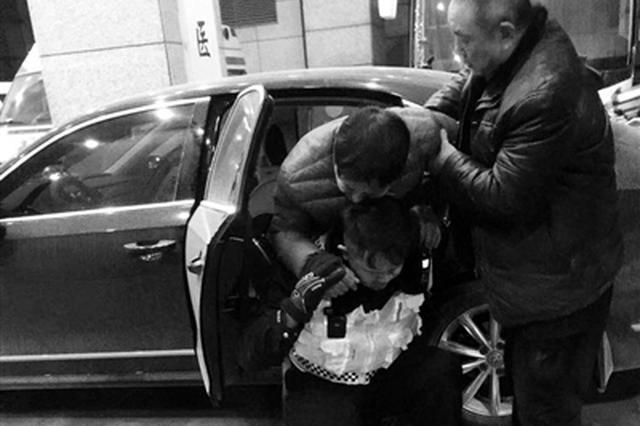 男子不慎摔下6米多深电梯井 交警护送伤者就医