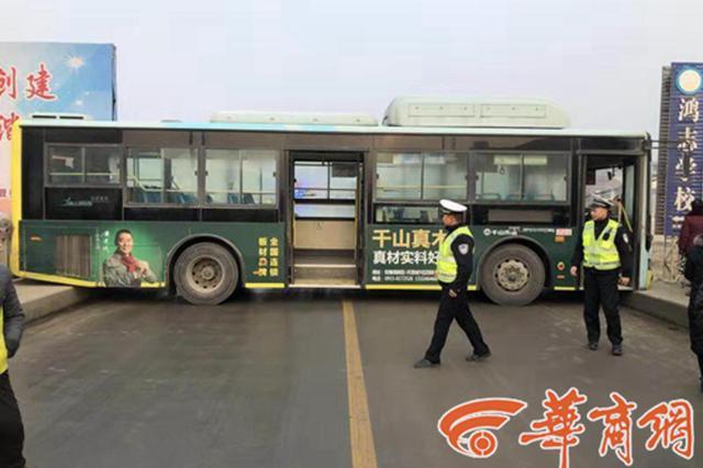 桥面结冰 安康一公交车侧滑撞护栏致2乘客受轻伤
