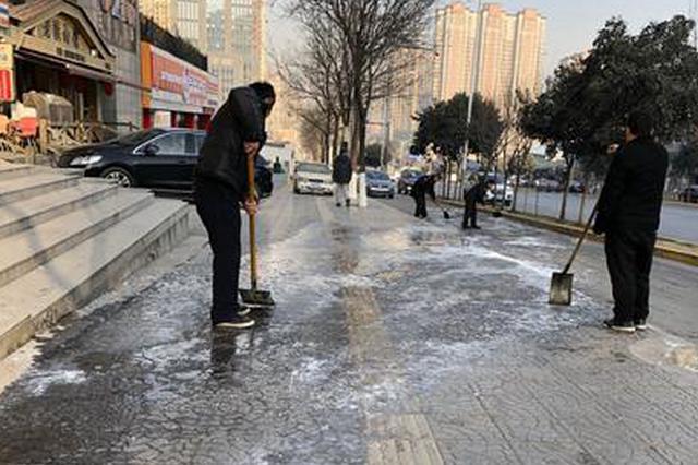朝阳花园小区门口结冰滑倒多人 有人称门口常年有水
