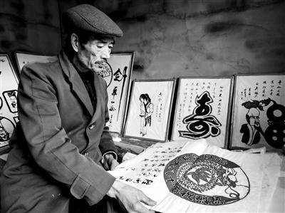 华阴老人巧手剪纸16年 完成500多个人物形象剪纸