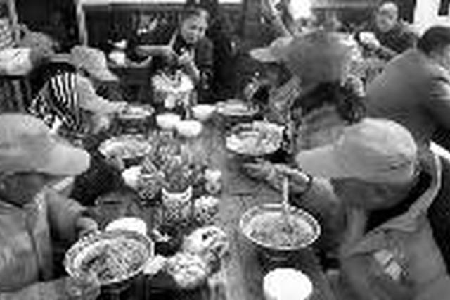 西安纺织城一80后面馆老板 请环卫工免费吃饭