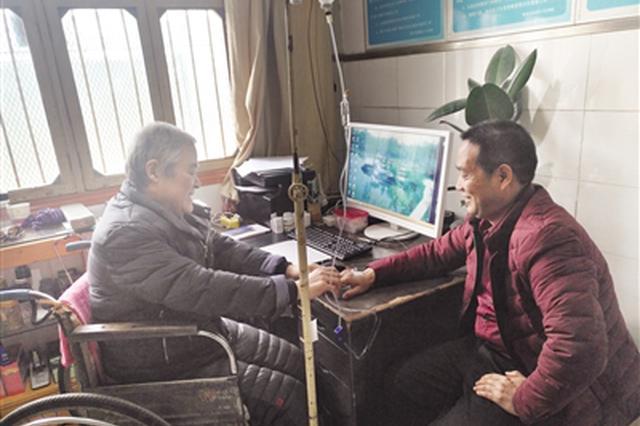 轮椅上的乡村医生 为方圆30多里的村民看病