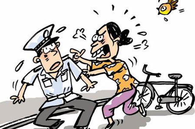 闯红灯打骂交警 两女子被拘留