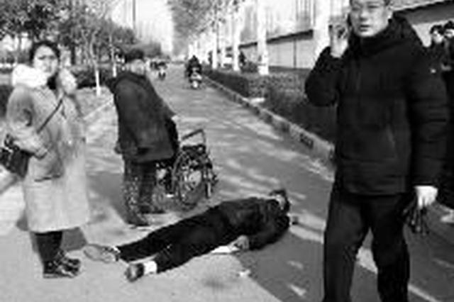 男子突发疾病晕倒 路过师生看护半小时