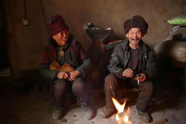 七旬夫妻相守深山52年 露天烧火做饭养了20多只鸡
