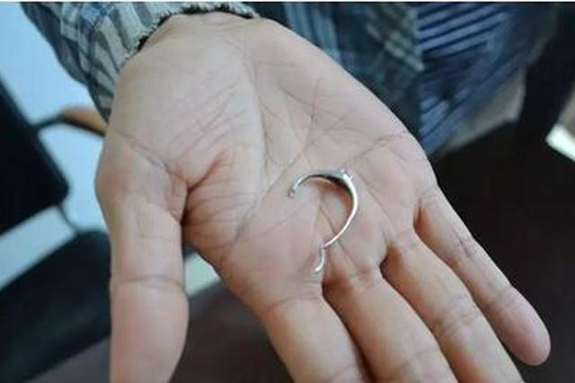 女子手指被戒指卡住肿大变形 消防队员紧急救援
