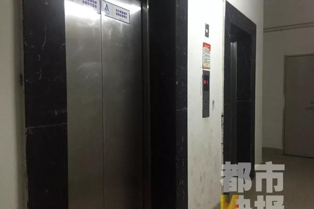 西安一小区电梯里频现尿渍 监控拍下尴尬一幕