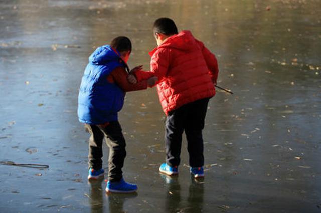宝鸡陇县:水库冰面出现多条裂缝 冰上行走不安全