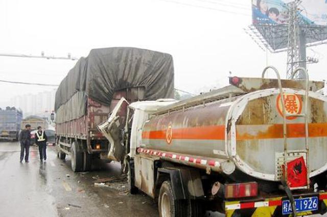绕城高速外环一货车追尾油罐车 罐体破裂漏油严重