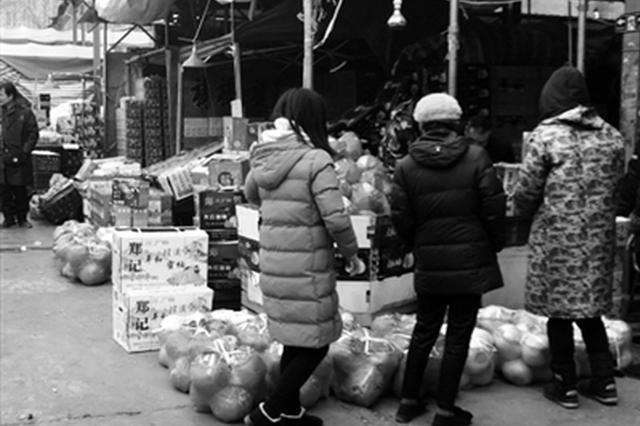 消费者在市场内选购水果