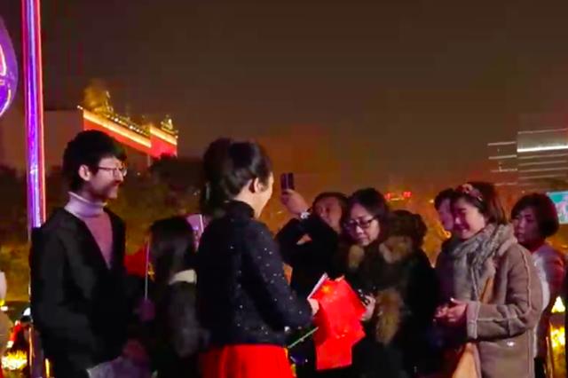 西安嘉会坊上演新春快闪 千人齐唱《我爱你中国》