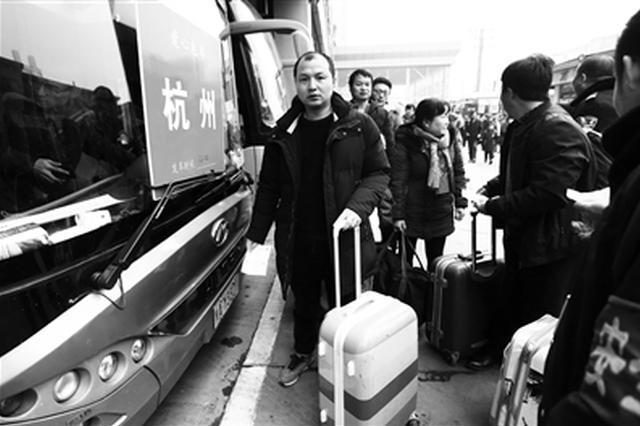 外出务工人员扎堆坐班车 三府湾客运站迎客流高峰