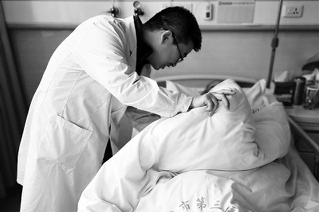 主动为病人献血家属硬塞2000元 医生将钱转患者账户