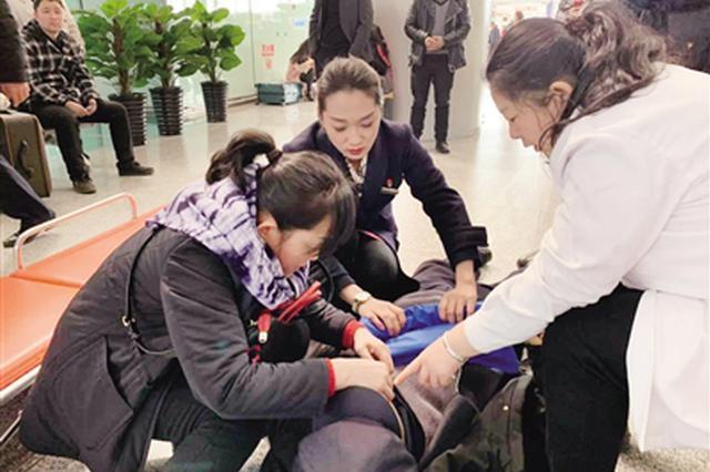 装5个心脏支架的旅客突发病 西安北站工作人员紧急救助