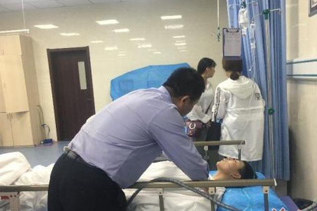 """12岁男孩晕倒司乘联手救助 公交车变身""""120"""""""