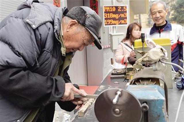 配钥匙只收两元 85岁老人摆摊修锁图快乐