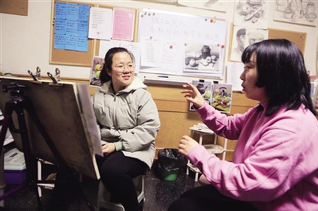 西安一对聋哑夫妻办画室 教出30名大学生