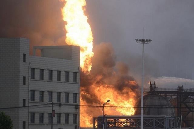 酒店仓库突发大火 8辆消防车40名人员参与扑救