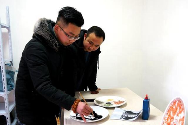 """汉中城固画家何兴义务手绘""""雷锋瓷""""逾万件赠群众"""