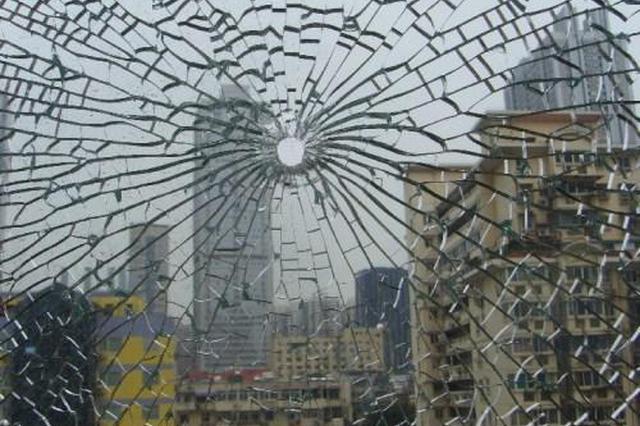 男子弹弓打碎5块玻璃 因妻子被拖欠工资心生报复