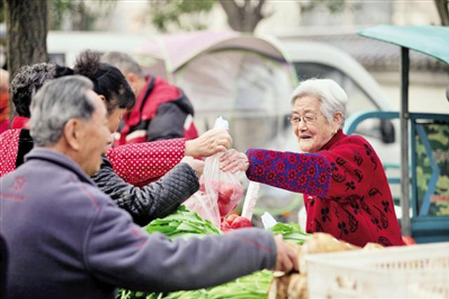 西安八旬老夫妇早市帮人卖菜 不收工钱只为锻炼