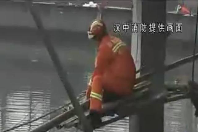 村民放牛时不慎掉入鱼塘 消防一根竹竿将人救回