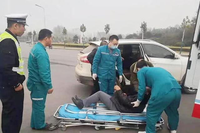 西安一男子突发脑溢血 两过路女子施救