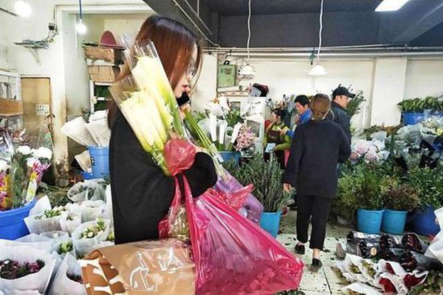 三八节前夕西安花材价格翻一番 花店老板忙到起飞