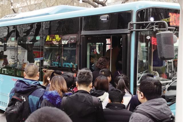方便找车减少拥挤 市民建议增加公交线路识别色