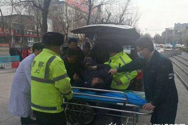 孩子从父亲肩膀跌落出现昏迷 西安交警紧急送医