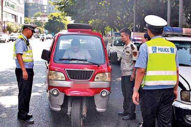 三轮摩托车主无牌无证驾驶 担心被查竟冲撞民警