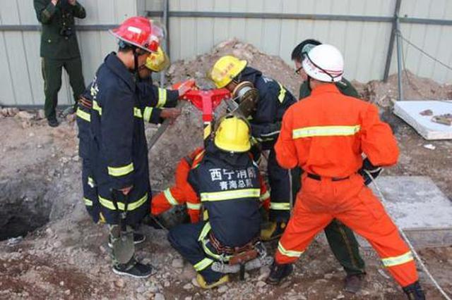 汉中工地塌方一人被困 工人消防齐救援