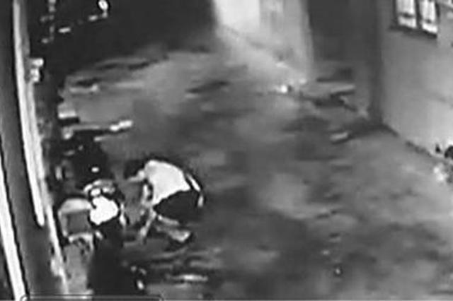 两蟊贼先砸监控后偷盗 隐蔽摄像头拍下作案全过程