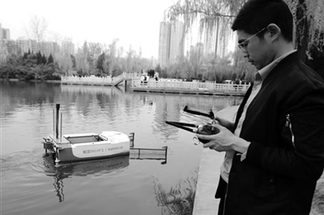 """研究生团队研发环保清洁船 小船湖中游垃圾揽""""怀中"""""""