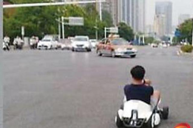 开卡丁车上路违法 交警提醒莫将安全当儿戏