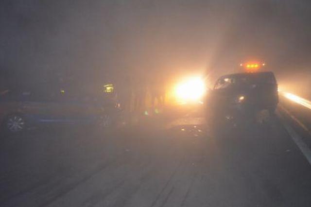 榆林:凌晨十字路口车祸 三车相撞一人被困