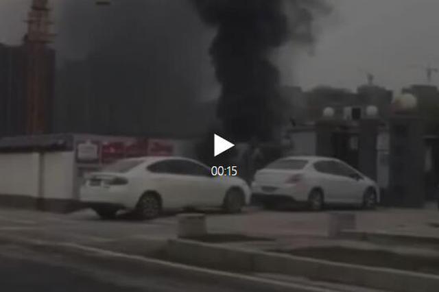 西安曲江一工地突发大火 现场浓烟滚滚